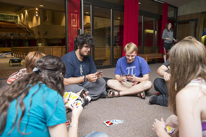 students around a circle playing uno